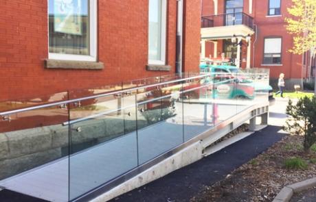 Vitrerie Saran | Garde-coprs en verre - CIBC Farnham